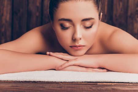 sauna nackt: Sch�ne ruhige junge Frau in Spa-Salon liegen und entspannen