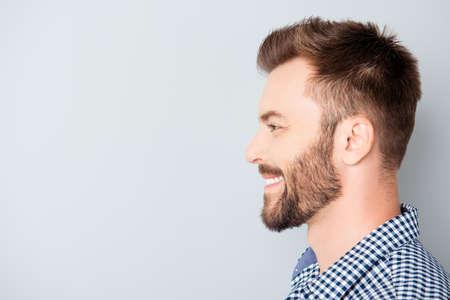 Vista laterale di giovane donna sorridente barbuto