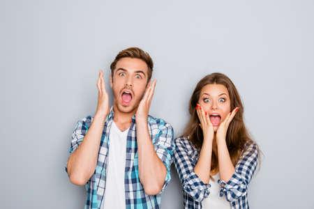 Ritratto di uomo sconvolto e donna urla e faccia toccare