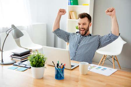 Hombre feliz completó la tarea y triunfando con las manos levantadas Foto de archivo - 61771523