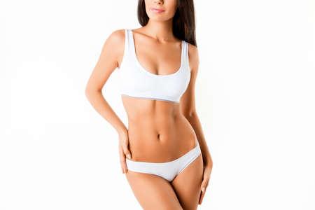 흰색 배경에 고립 란제리에서 근육 질의 여자의 시체