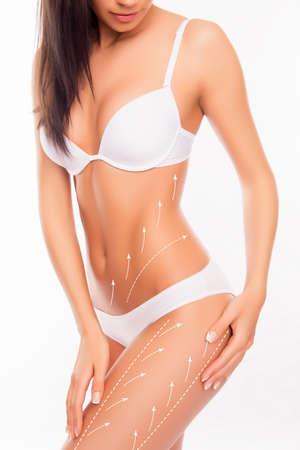 sexy Frau mit perfekten schönen Körper und Zeichnung Pfeile auf sie ihre Hüften berühren. Standard-Bild