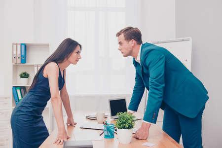 Bedrijfsconcurrentie. Twee collega's die oneens en conflict hebben