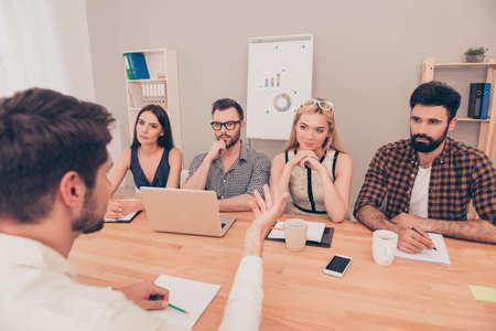 comité d entreprise: jeune homme dans les pourparlers d'entrevue au sujet de sa performance
