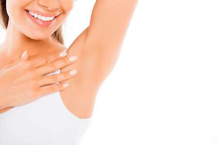 depilacion con cera: Cerca de la mujer joven feliz que muestra su axila suave