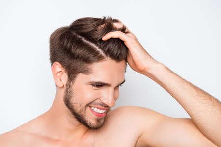 Retrato de hombre sonriente que muestra su pelo sano y sin furfur Foto de archivo