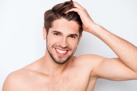 그의 머리카락을 손가락으로 빗어 감은 행복 건강한 남자의 초상