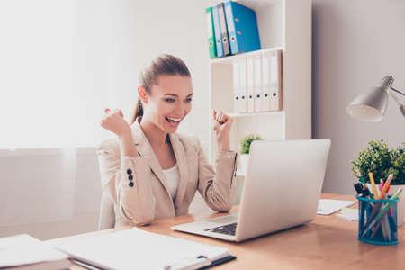 행복한 흥분된 성공적인 사업가 사무실에서 승리 스톡 콘텐츠