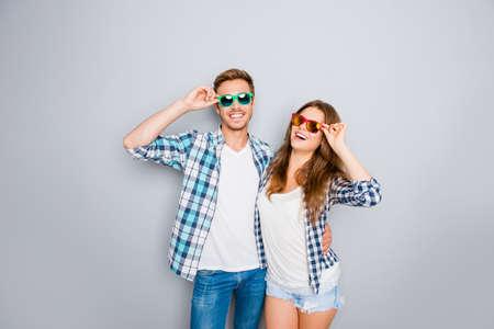 gelukkig grappig lachende verliefde paar dragen bril