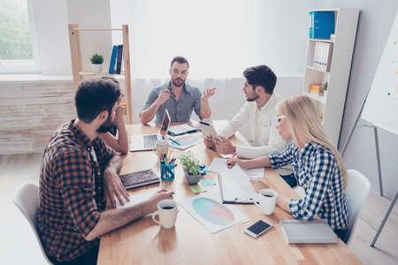 連携して事業計画を準備するビジネスマンのグループ 写真素材