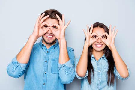 눈 근처에 손가락을 들고 두 행복 한 재미있는 연인의 초상화