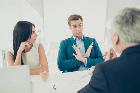 젊은 사업가 계약서에 서명하고 싶지 않아.