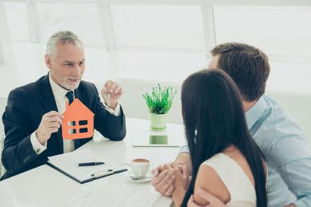 Succesvolle advocaat die overleg geeft aan familiepaar over het kopen van huis