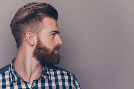 Seitenansichtporträt des Denkens des stilvollen jungen Mannes, der weg schaut