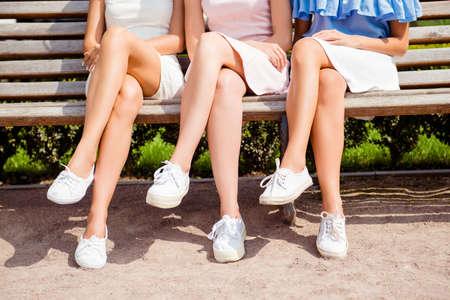 흰 신발에 섹시한 여성 다리의 사진을 닫습니다