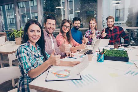 trabajando duro: empresarios exitosos de trabajo duro en el nuevo proyecto