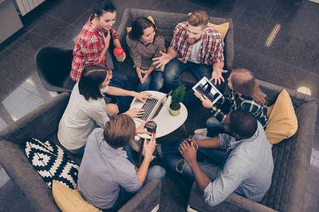 Bovenaanzicht van de jonge freelancer bespreken van toekomstige project