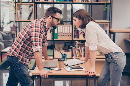 Man vs vrouw. Twee geconcentreerde zakenpartners ruzie