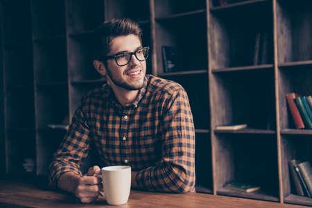 ハンサムなマネージャー休憩、コーヒーのカップと夢の肖像画 写真素材 - 72079575