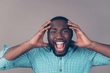 분노에 분노 아프리카 남자의 초상화 머리를 만지고 비명