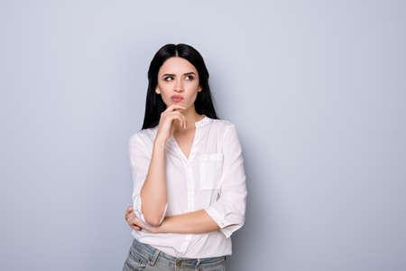 官能的な唇の尖らせと新しいアイデアや何かを見ての黒髪 fink の美しいかわいい若い女性の肖像画
