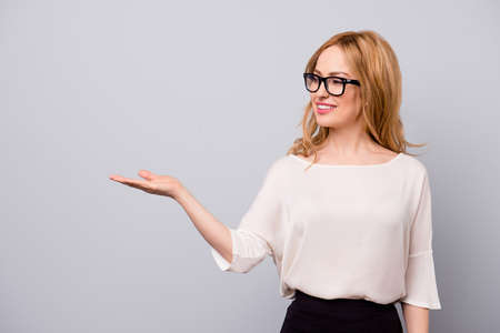 매력적인 비즈니스 여성 상담 및 제품 마케팅