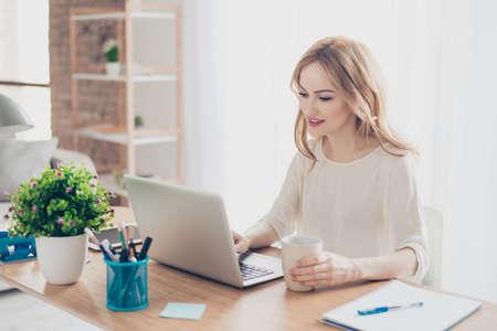 커피를 마시는 컴퓨터로 일하는 해피 예쁘고 귀여운 여자