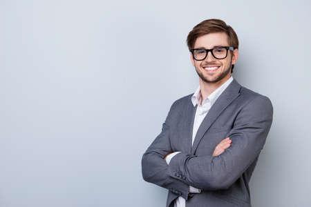 自信を持ってかわいいスマート ビジネスの男性フォーマルウェアで眼鏡と