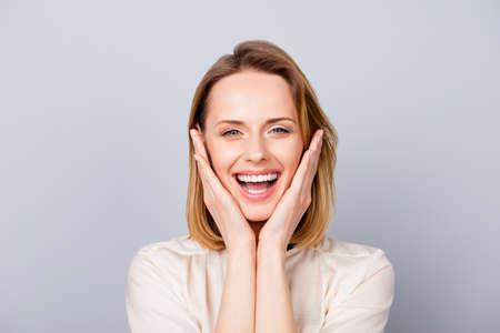 Sluit omhoog portret van het grappige leuke jonge vrouw lachen en wat betreft haar wangen