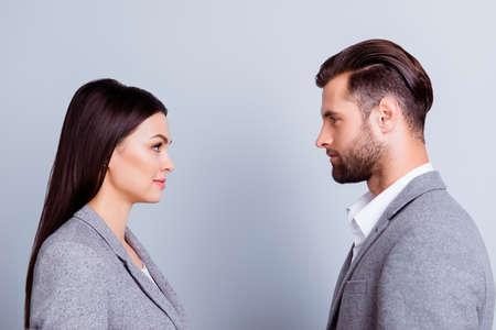 Concept confrontatie in zaken. Sluit omhoog foto van twee jonge ernstige zekere mensen die zich face-to-face aan elkaar bevinden Stockfoto