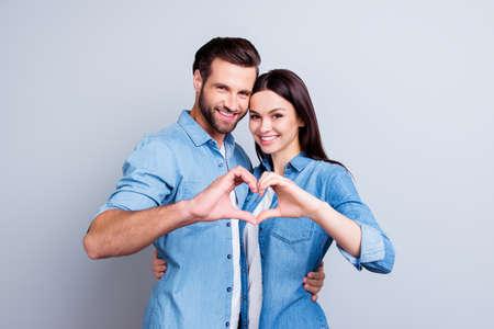 서로 포옹 하 고 그들의 손을 사용 하여 듣고 캐주얼 의류에 두 젊은 웃는 사람들