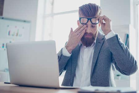 あまりにも多くの仕事!彼は仕事に疲れ、若い疲れて businessmsn は彼の目に触れて、ガラスの 写真素材