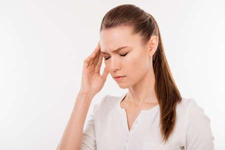 若い女の子を押されてひどい頭痛を持っていることのため彼女の寺に触れて目を閉じて 写真素材