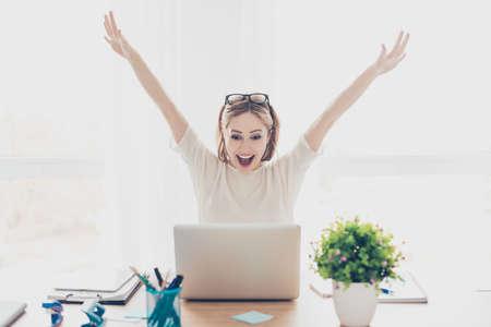 Felice eccitato imprenditrice di successo trionfando con il computer portatile