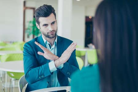 2 実業家の会議。違います。青年実業家は、お金を投資を望んでいません。
