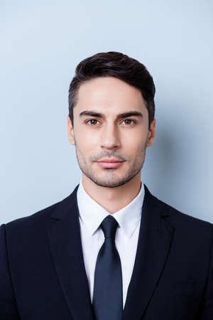 純粋な背景の上に立って、スタイリッシュな若いブルネテ弁護士のひげを生やした男のトリミング、写真を閉じます。彼はとても上品ですね。ネク