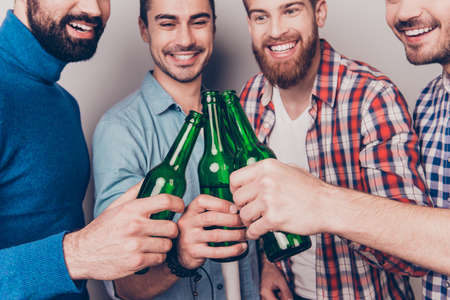 낮은 각도 맥주의 그들의 안경 clinking 4 행복 친구의 자른 된 사진. 스톡 콘텐츠