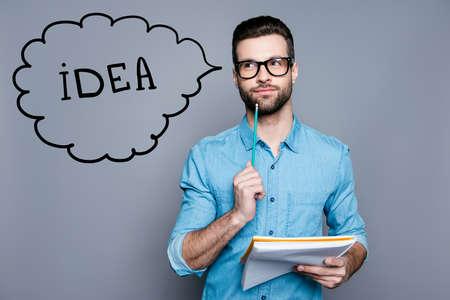 オタクアカデミック教授天才は思慮深い, 眼鏡で, ノートを保持し、試験について考える