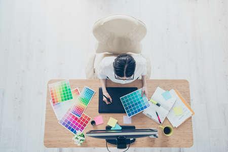 Concept de design créatif art visuel graphique. Vue de dessus du lieu de travail créatif d'une animatrice dans un processus de travail, assise sur le fauteuil Banque d'images - 86357233