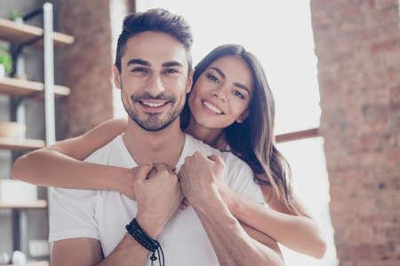 O amor verdadeiro. Linda mulata latino casal de jovens amantes estão abraçando dentro de casa em casa, com amor e ternura, vestindo roupas casuais Foto de archivo
