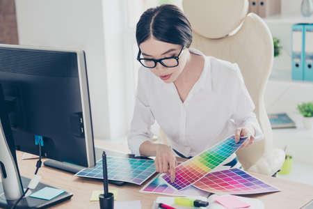 Occupation créative, prise de décision. Gros plan de l'architecte féminine, choisissant les couleurs pour un nouveau projet, en regardant le pantone Banque d'images - 86357270
