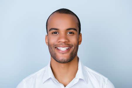 공식적인 마모가 강모와 함께 성공적인 흥분된 젊은 혼탁 아프리카 계 미국인 남자 은행은 순수한 배경에 고립 된 서