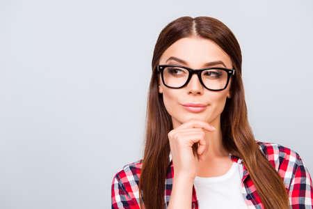 회의적인 젊은 프리랜서 갈색 머리 숙 녀의 초상화, 그녀는 안경, 순수한 밝은 배경에 캐주얼,입니다. 너무 잠겨 섹시하다.