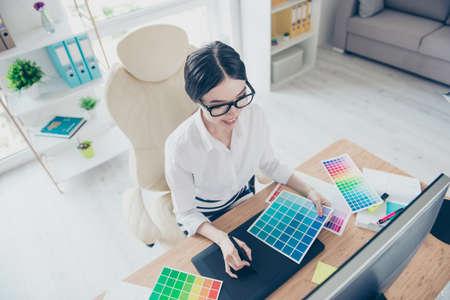 Concept de design créatif art graphique visuel. Vue de dessus du lieu de travail créatif de l'animatrice dans un processus de travail, assis sur le fauteuil Banque d'images - 87067505