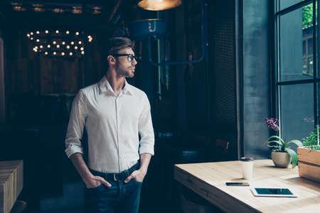 젊은 잘 입고 기업가 현대 사무실에서 창문을보고있다, 잘 입고, 심각한, 워크 스테이션 근처
