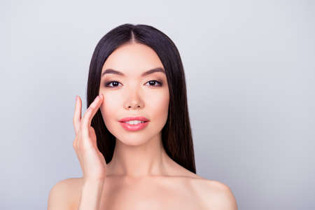かなり韓国の若いブルネット女性は優しく彼女の魅力的な健康的な滑らかな肌に触れて 写真素材 - 87296168