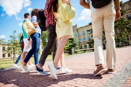 クローズ アップ 6 学生の足、敷石の上を歩いてのローアングル写真撮影トリミング。晴れた日に、学生は講義すべて一緒にしています。
