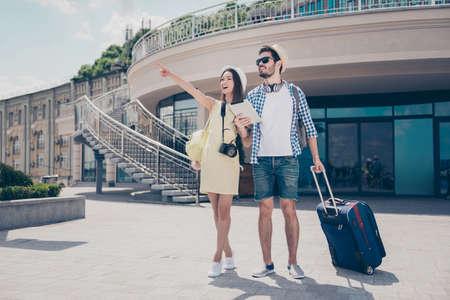 これがいいと思います!幸せな夫婦が蜂蜜月面の帽子、眼鏡、カメラ、valises、日春の上を歩いて素敵な屋外で、