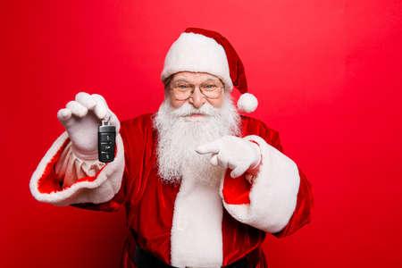 Kühler lustiger verspielter frecher Weihnachtsmann-Großvater, der herum täuscht Standard-Bild - 87597847