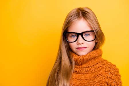 Opieka zdrowotna, badanie gałki ocznej, wyraźne widzenie, koncepcja młodzieży. Bliska portret uroczej blond uczennicy w modnych czarnych okularach, ręcznie robionym ciepłym stroju z dzianiny, inteligentnej i skoncentrowanej Zdjęcie Seryjne